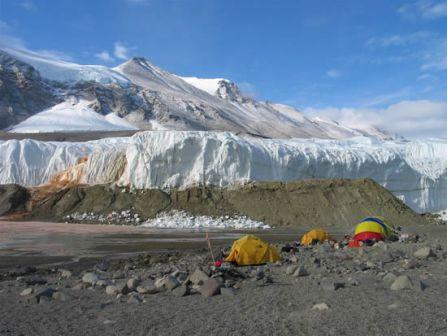 عکس : آبشار طبیعی خون در قطب جنوب  NasleMan.Net