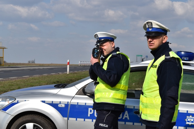 """Policjanci drogówki z Komendy Powiatowej Policji w Śremie podczas działań """"Prędkość - zero tolerancji"""""""