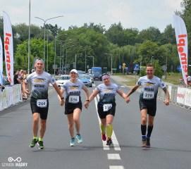 8. Śrem Półmaraton: Ostatni biegacze na mecie oraz dekoracja zwycięzców (foto. Szymon Mądry www.szymonmadry.pl)