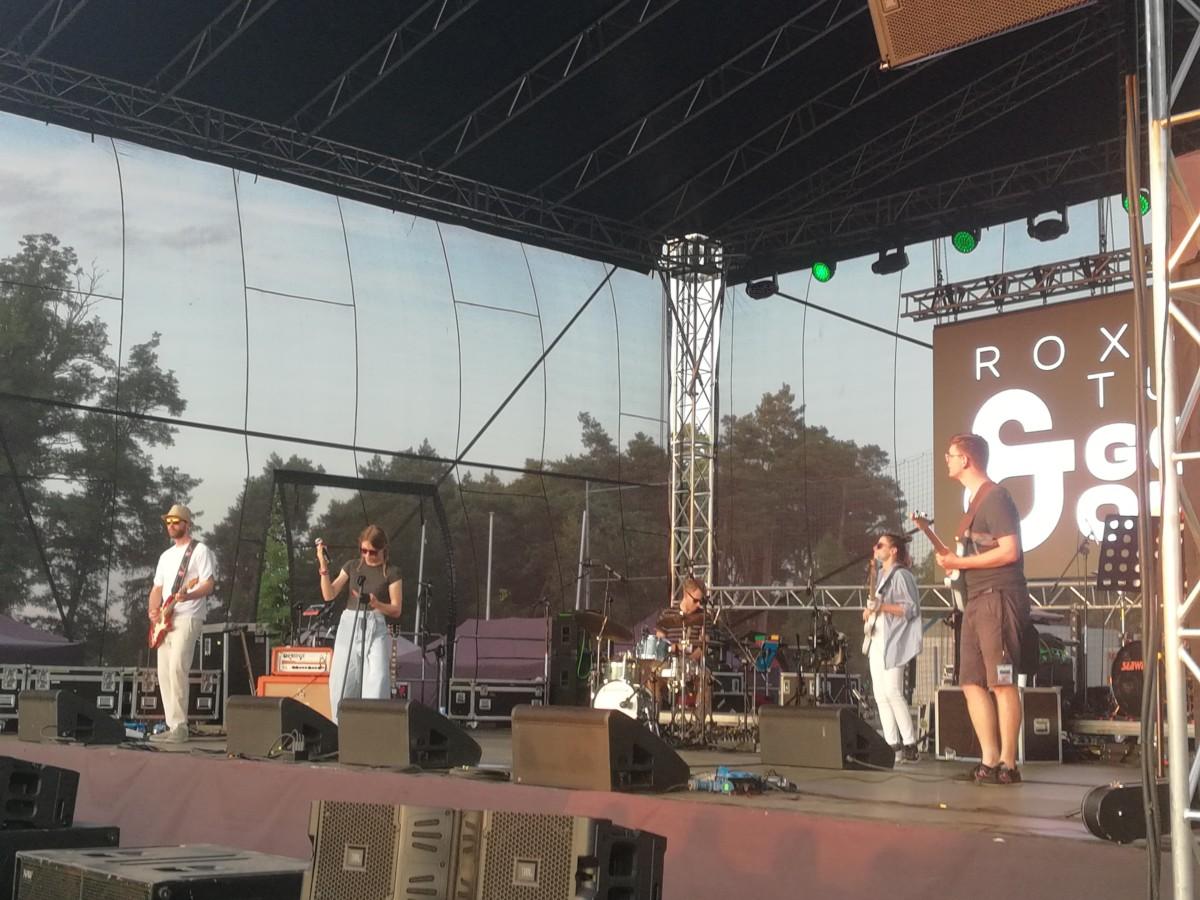 Roxana Tutaj & Good Omen na tle zachodu słońca podczas Dni Książa Wlkp.