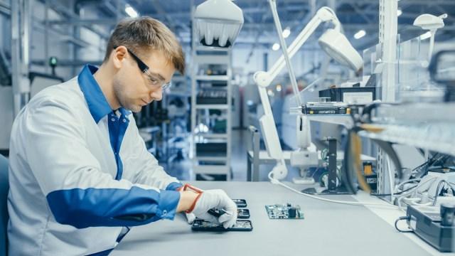 Czym charakteryzują się usługi firmy zajmującej się montażem kontraktowym?