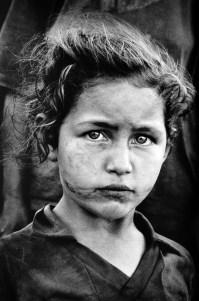 Paraná, Brasil. 1996 | Niña de una familia sin tierra. Más de 3.000 familias se han reunido a lo largo de la carretera nacional esperando la ocupación de una tierra.