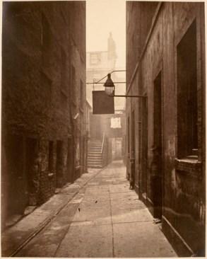 Thomas Annan entre calles y callejones- Una escalera se ha añadido para proporcionar acceso a dos edificios. placa 20- Cerrar, N ° 18 Saltmarket.