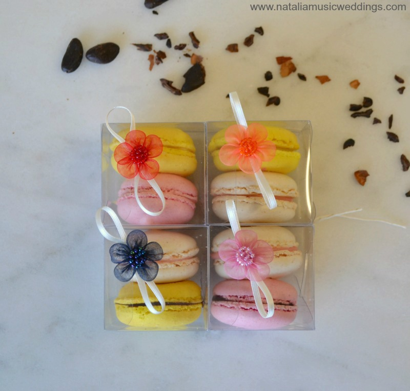 Sweet macarons as favors for your colorful wedding