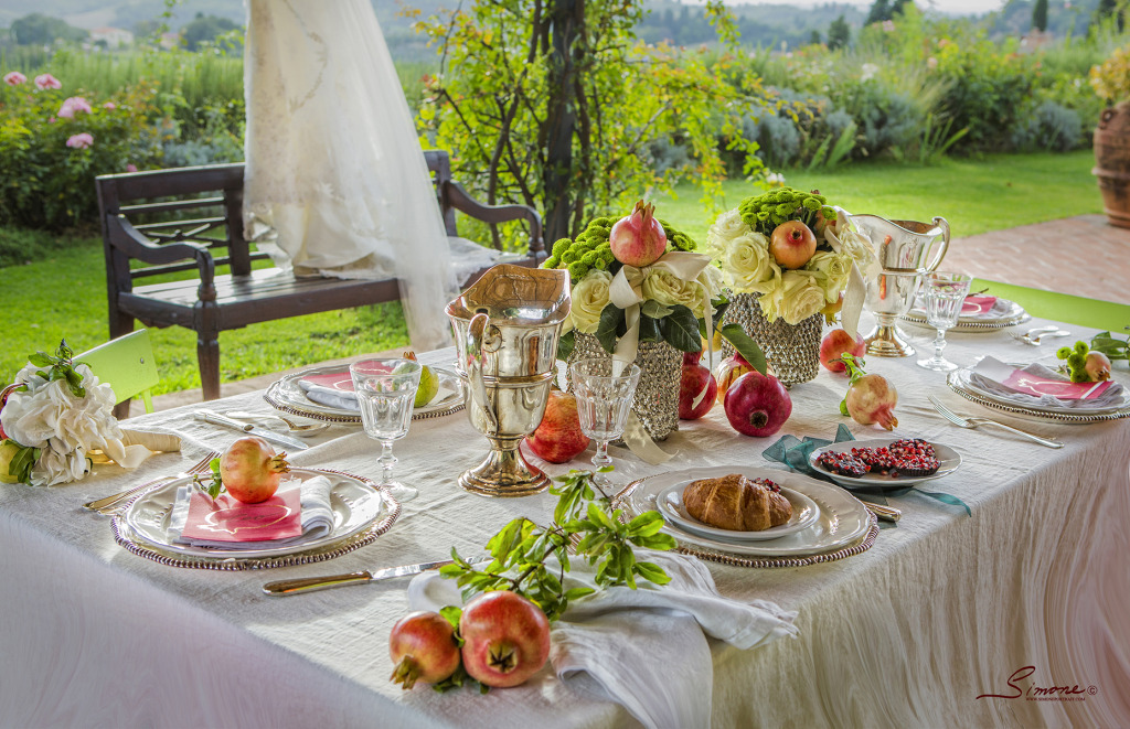 To make the picture perfect setting for a fabulous destination wedding we have chosen fine antique pieces, elegant tableware, romantic floral decorations and of course as many precious pomegranates, as we could!