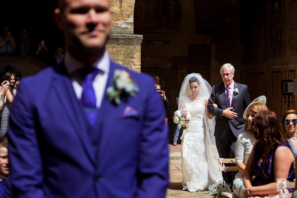 Seconds before the couple first Look - intimate wedding in San Gimignano