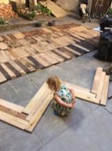 Der Parkettboden wird aus ehemaligen Weinfässern gemacht, die im Keller lagerten.