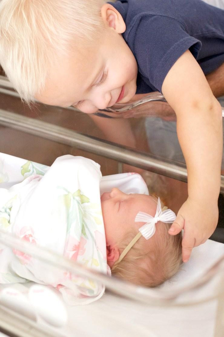 cute-adorable-sibling-photos-bassinette-hospital-web