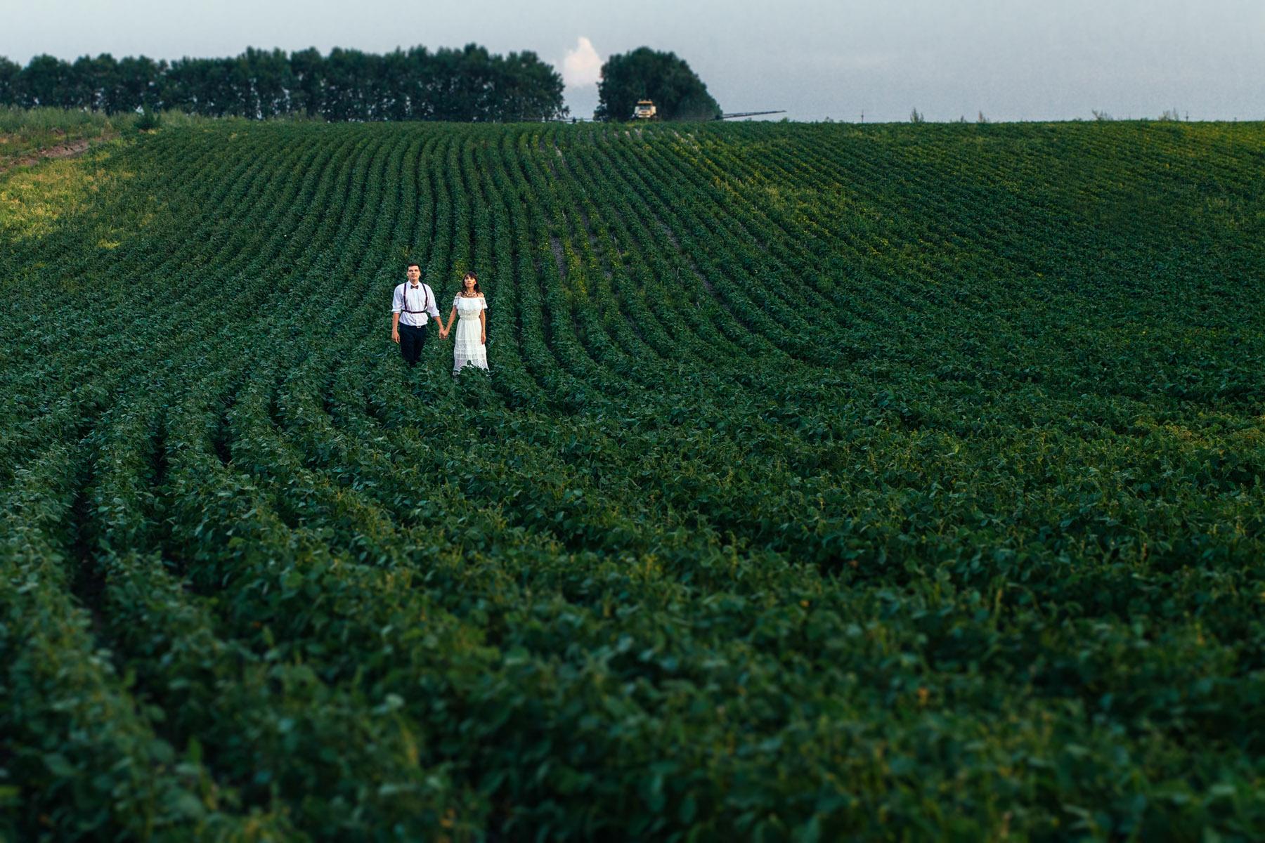 муж и жена в поле
