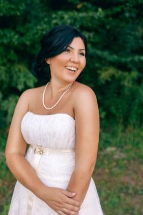 Невеста смеется, портрет счастливой невесты