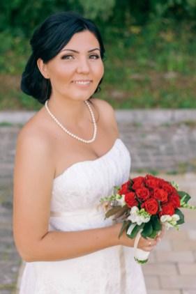 Невеста с букетом, красный свадебный букет