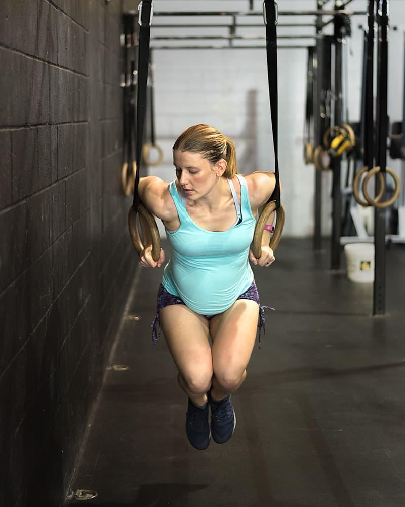 Gym maternity photoshoot - ring dips