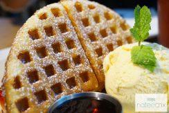 สตอเบอร์รี่วาฟเฟิ่ล : Strawberry Waffle (Fresh Cream, Strawberry, House Made Vanilla Ice Cream)