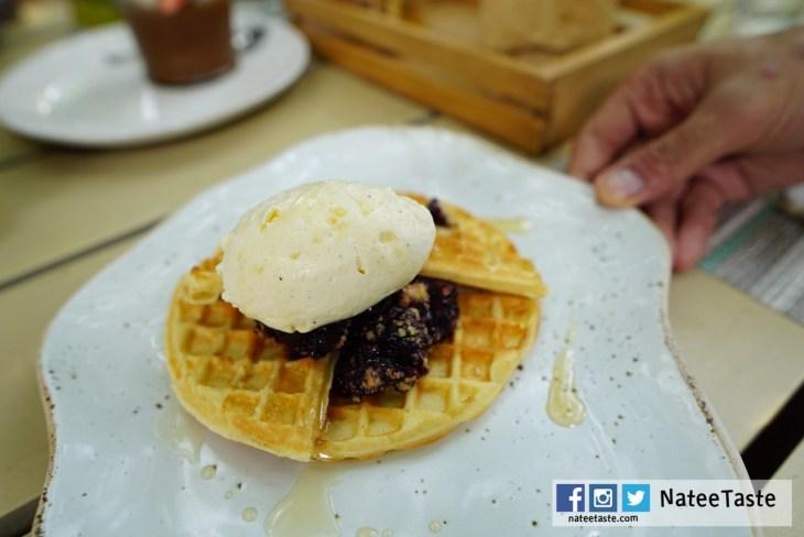 Champagne Waffle: Berries cobbler, Vanilla Cream, Almond
