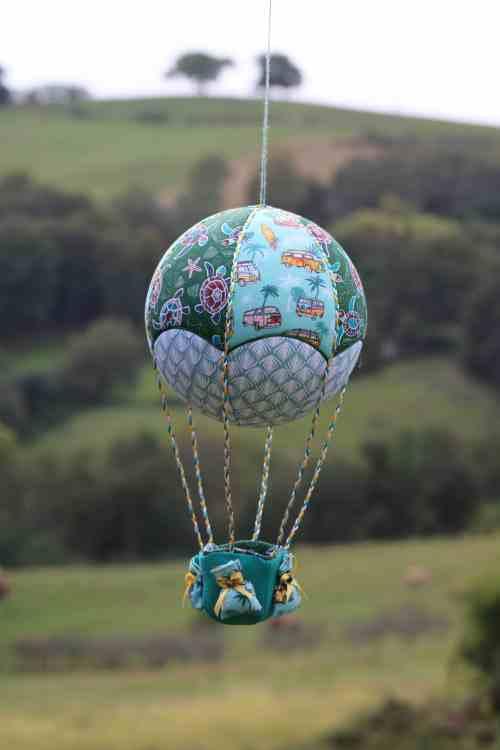 Montgolfière de décoration en tissus sur le thème Océan. Atelier à Villefranque (64)