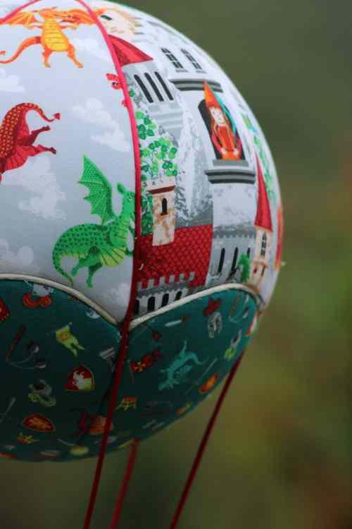 Tissus imprimés Château et Dragons - Montgolfière de décoration . Atelier à Villefranque (64)