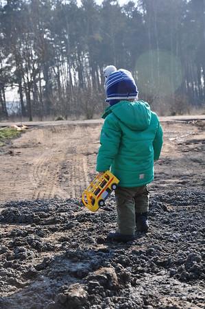 Der Junior-Bauherr inspiziert die fachgerechte Schotterung des Stellplatzes.