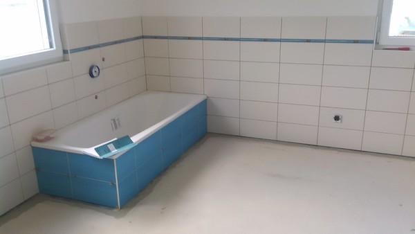 Die Wandfliesen im Bad sind angebracht.