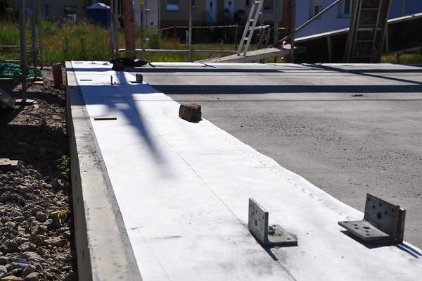 An diese Winkel werden die Außenwände geschraubt, damit die Position nachher stimmt.