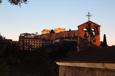Le Parthénon au loin