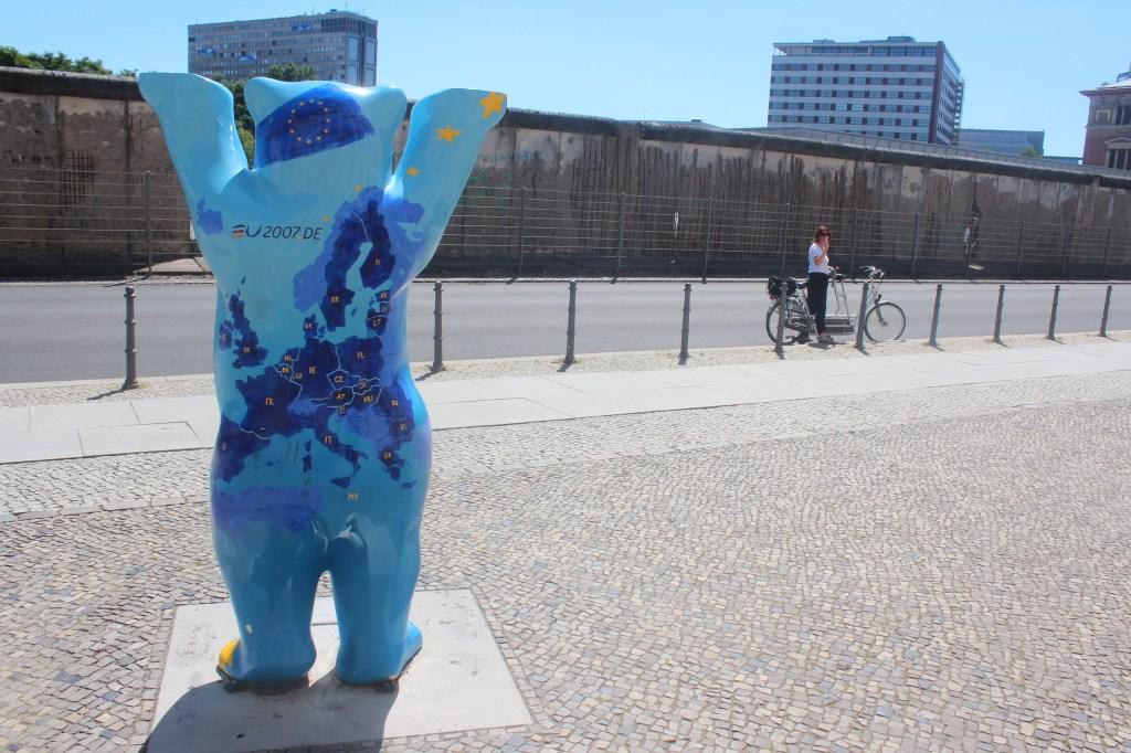 l'ours européen devant le mur