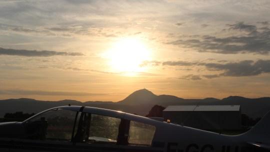 Le Puy de Dôme vu d'avion..à la tombée de la nuit
