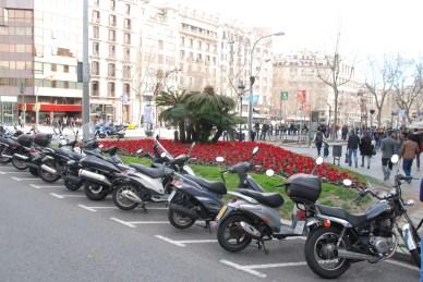 beaucoup de scoots à Barcelone