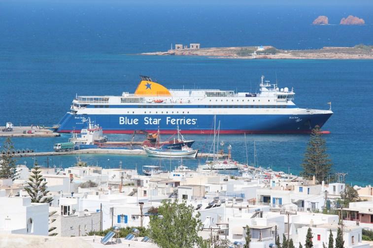La compagnie blue star assure les liaisons plusieurs fois par jour avec Athènes