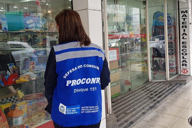 Operação do Procon estadual fiscalizou papelarias da Tijuca