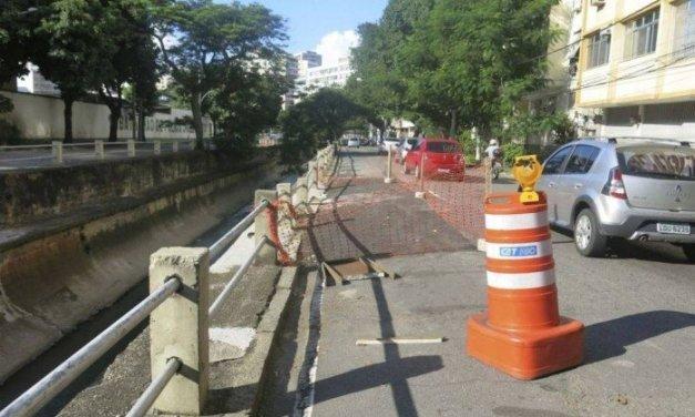 Avenida Maracanã sofre com trechos interditados e falta de guarda-corpos