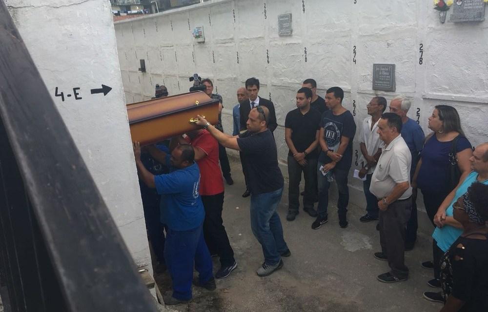 Suspeita de matar mulher em tentativa de assalto à papelaria na Tijuca se entrega