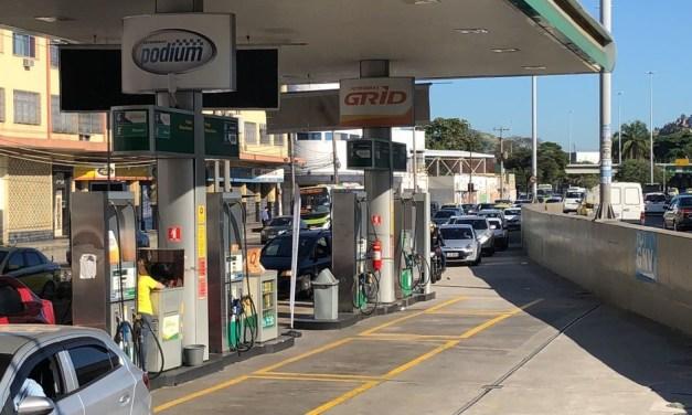 Motoristas continuam formando filas em postos de gasolina do RJ nesta terça