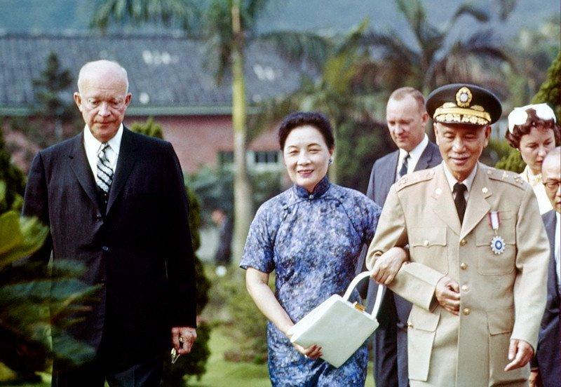 Le président Eisenhower visite le président de la République de Chine Chiang Kai-shek et madame Chiang à Taipei, à Taiwan. Juin 1960. On retrouve également l'ambassadeur des États-Unis en République de Chine Everett Drumright