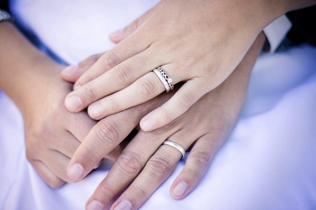 Cadeau mariage mains mariés