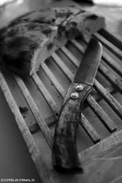 couteau, couteau corse en corne de bélier et pain à la farine de châtaigne