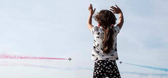 Child waving at Red Arrows, Scottish Airshow, 2015