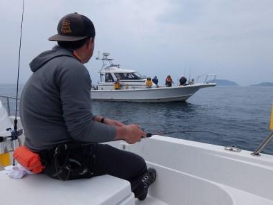 9時半ころからはアジのサビキ釣り。向かいの船も和気あいあい。このあたりからはかなり落ち着いて釣りができました。
