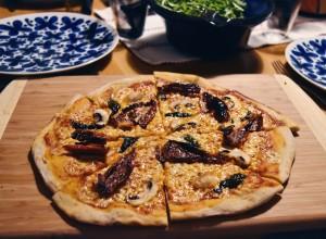 Pizza med soltorkade tomater och champinjoner