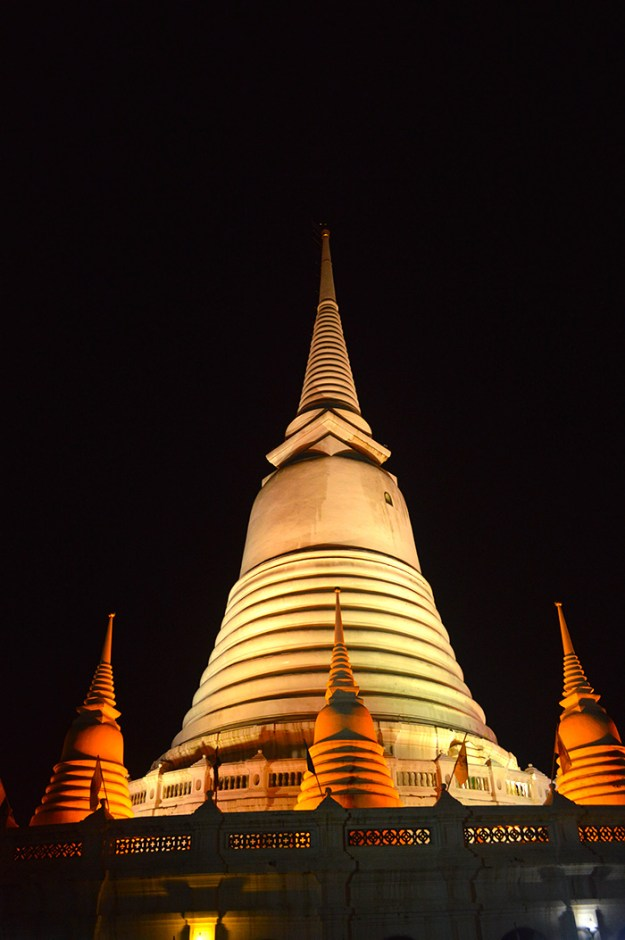 Bangkok Temples at night // Nattie on the Road