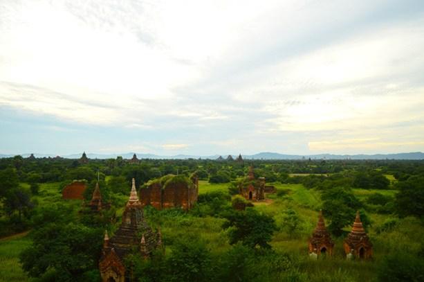 valley of pagodas in Bagan