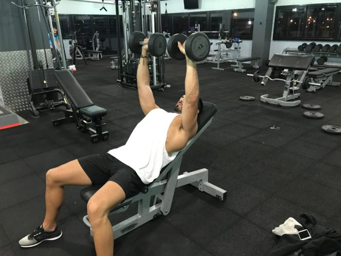 Exercice musculation pectoraux d velopp inclin halt res - Developpe incline avec halteres ...