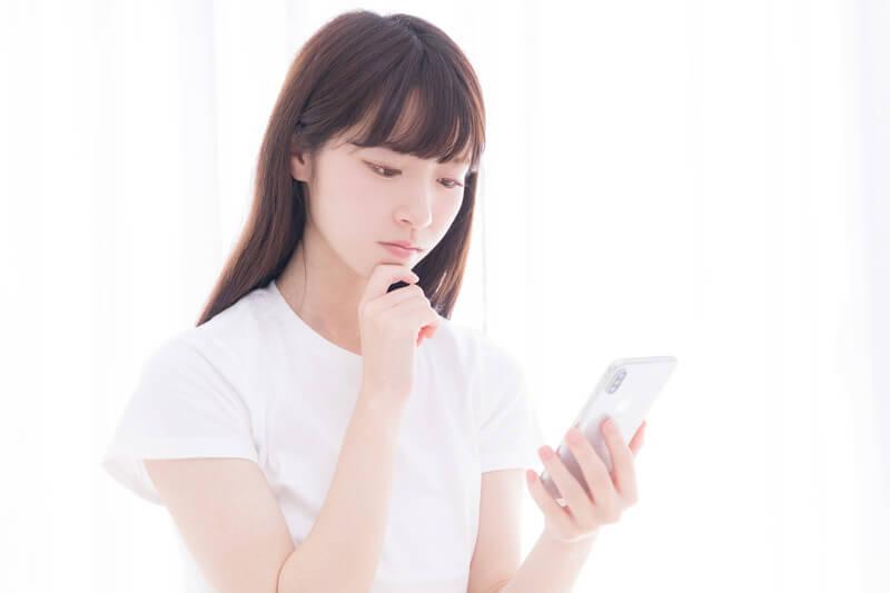 スマートフォンで調べている女性