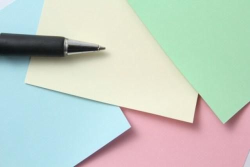 付箋メモとボールペンの写真