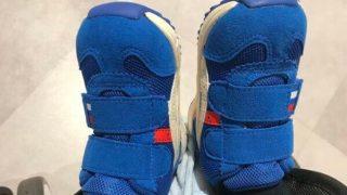 ファーストシューズを履いた子供の足の写真