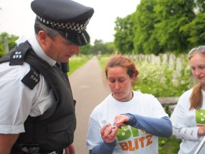 Lady shows a policemen an insect