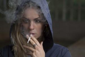 Rauchen kann zu Zahnfleischbluten führen