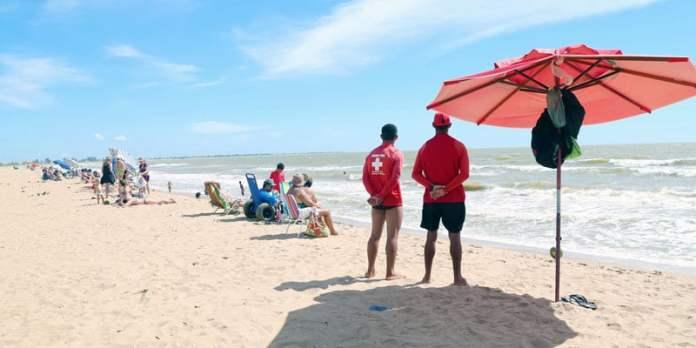 Segurança na praia - Fale com o guarda vidas foto