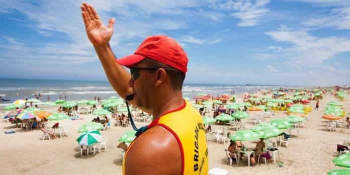 Segurança na praia - Praia só com guarda-vidaspresente foto