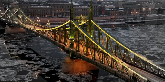 Ponte da Liberdade no inverno - Budapeste foto