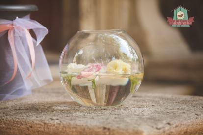 Bejárati dísz élővirágokkal és úszómécsesekkel